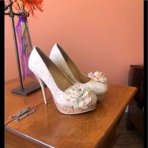 DIVA LOUNGE ecru heels with flower adornments